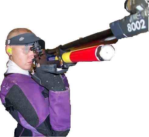 Esther Barrugués entrenant a la sala daire del Club Andorrà de Tir de Precisió